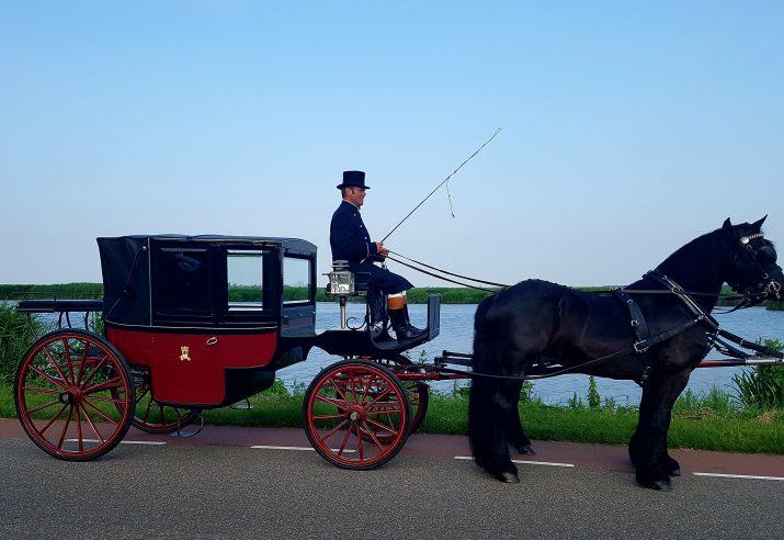 Landauer met 2 span Friese paarden