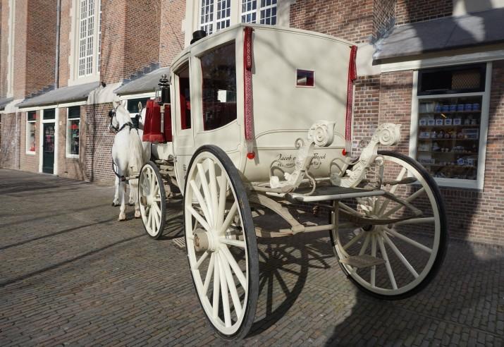 trouwkoets type glazenkoets met 2 witte paarden