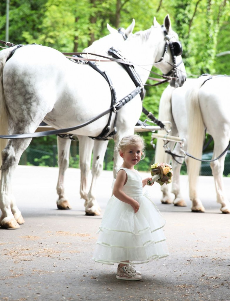 bruidsmeisje met 4 witte paarden