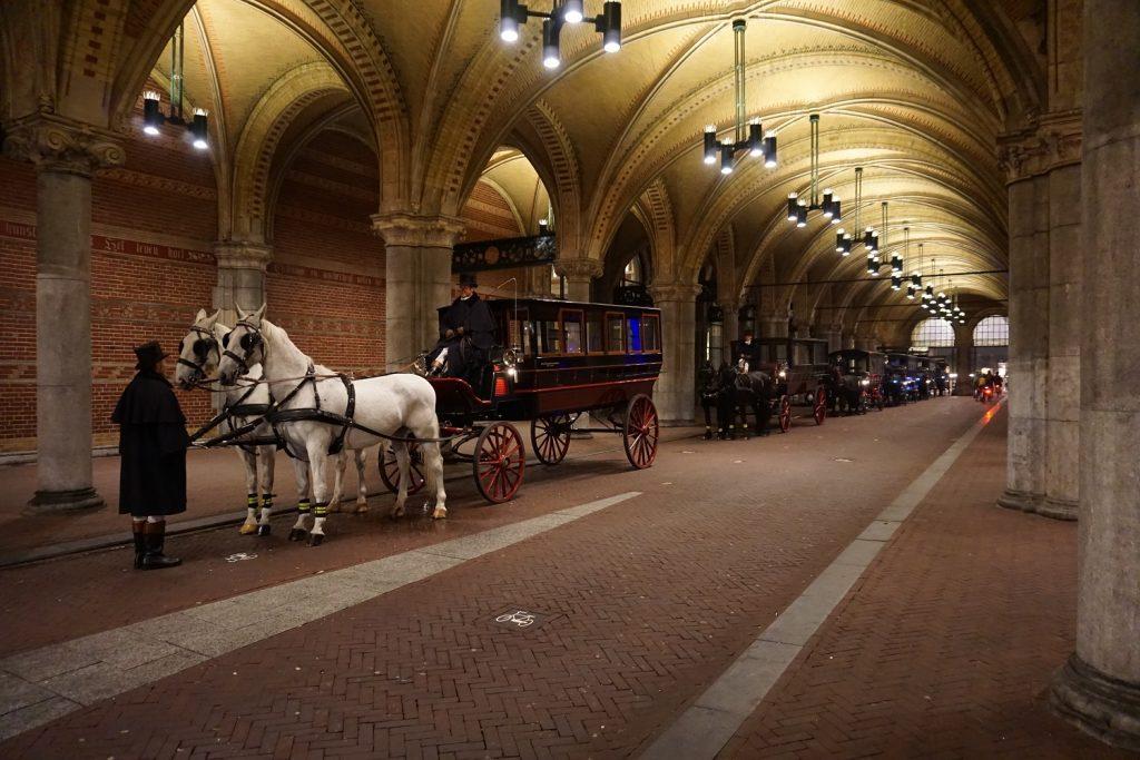Met paard en koets bij de fiets tunnel van het rijksmuseum te Amsterdam